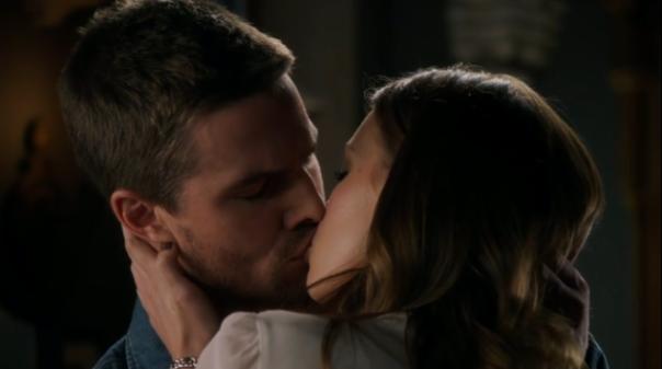 Ollie and Laurel Kiss - Arrow